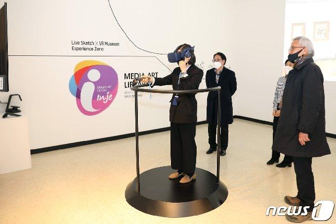 강원 인제 원통도서관 '명화 미디어아트'.(인제군 제공) 2021.2.24./뉴스1 © News1