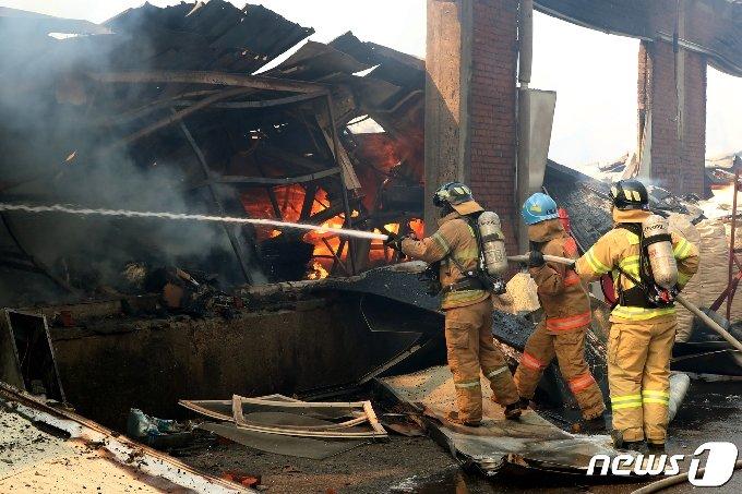 24일 오전 11시 23분쯤 인천시 동구 소재 모 가구공장에서 화재가 발생했다. 소방대원이 화재를 진압하고 있다.2021.2.24/뉴스1 © News1 정진욱 기자