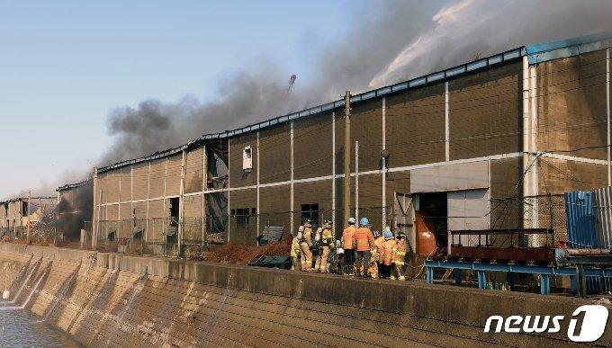 24일 오전 11시 23분쯤 인천시 동구 소재 모 가구공장에서 화재가 발생했다.소방대원들이 화재를 진압하고 있다.2021.2.24/뉴스1 © News1 정진욱 기자