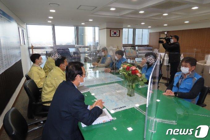 충남도 공무원노조 지도부들이 집행부를 만나고 있다.© 뉴스1