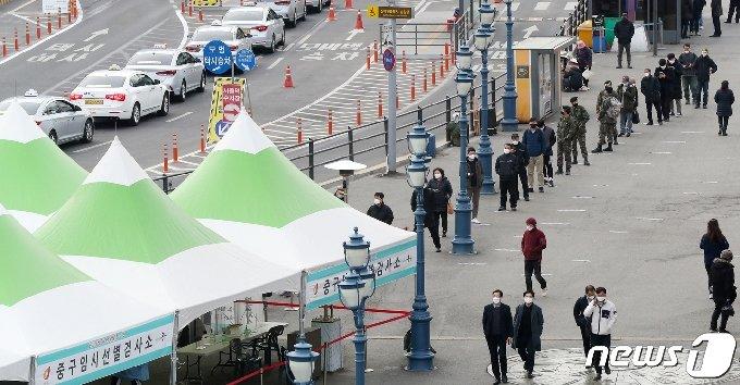 24일 0시 기준으로 국내 신종 코로나바이러스 감염증(코로나19) 신규 확진자가 440명 발생했다. 이는 전날보다 83명 증가한 규모로, 국내 확진자수는 사흘 만에 다시 400명대로 올라섰다. 24일 오전 서울 중구 서울역 광장에 마련된 임시선별검사소에서 시민들이 코로나19 진단 검사를 받기 위해 길게 줄을 서 차례를 기다리고 있다. 2021.2.24/뉴스1 © News1 민경석 기자