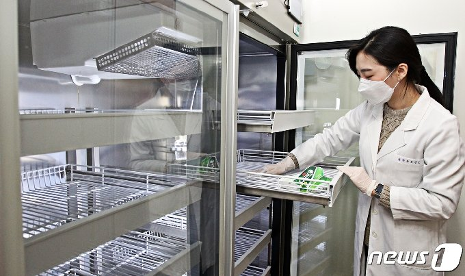 24일 오후 서울 동작보건소에 마련된 신종 코로나바이러스 감염증(코로나19) 예방접종센터에서 보건소 관계자가 아스트라제네카 코로나19 백신이 보관될 초저온 냉동고에 소독작업을 하고 있다. (동작구 제공) 2021.2.24/뉴스1 © News1 송원영 기자