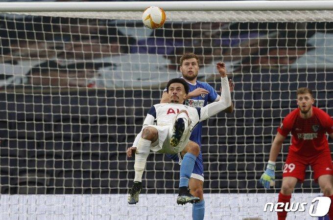 토트넘 델레 알리가 25일(한국시간) 토트넘 홋스퍼 스타디움서 열린 볼프스베르크와의 유로파리그 32강 2차전서 환상적인 오버헤드킥 골을 터트리고 있다. © AFP=뉴스1