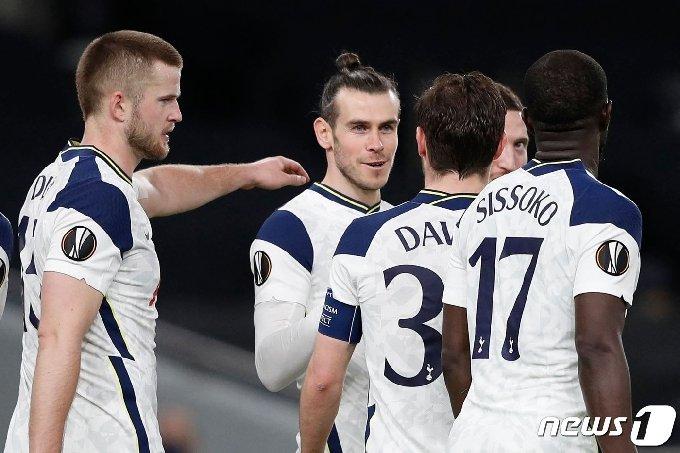 토트넘 가레스 베일(왼쪽 두 번째)가 볼프스베르크전에서 득점을 터트린 뒤 동료들과 기뻐하고 있다. © AFP=뉴스1