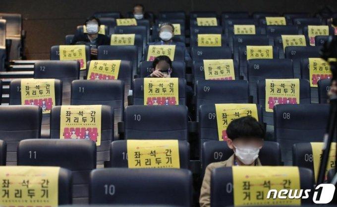 지난해 10월 23일 서울 광진구 한 영화관 상영관에서 거리두기 좌석제를 시행하고 있다. /사진=뉴스1