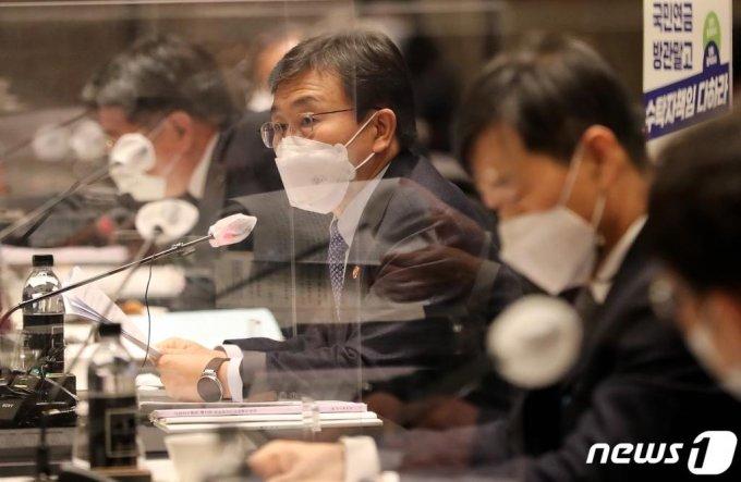 (서울=뉴스1) 이동해 기자 = 권덕철 보건복지부 장관이 24일 오후 서울 종로구 포시즌스 호텔에서 열린 '제2차 국민연금기금운용위원회'에서 모두발언을 하고 있다. 2021.2.24/뉴스1