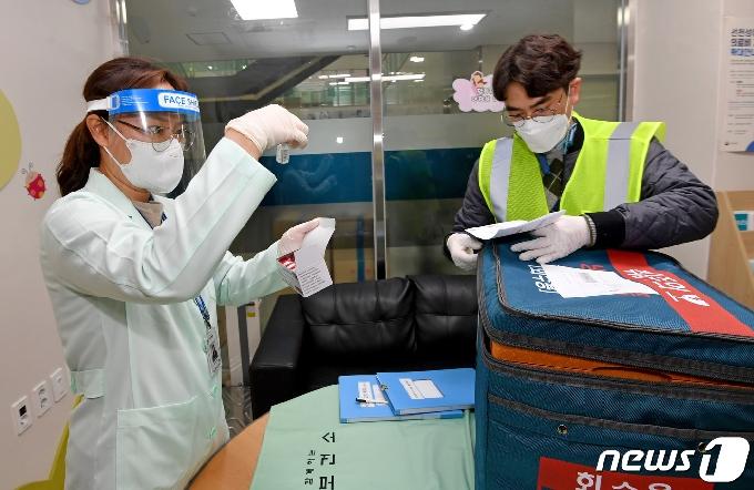[사진] 대구 중구보건소 아스트라제네카(AZ) 백신 확인