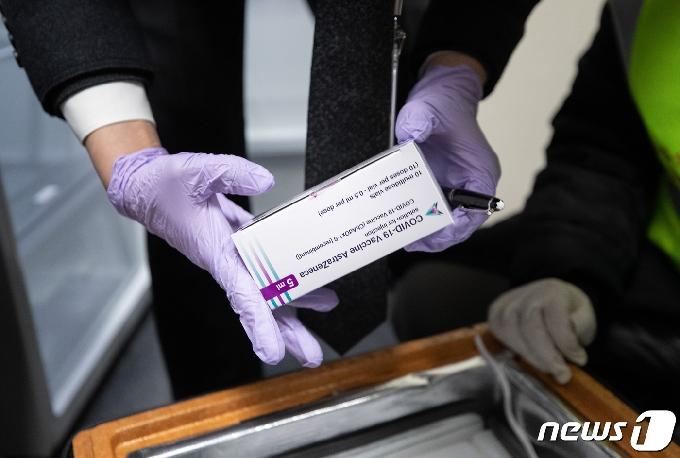 [사진] 코로나19 백신 '꼼꼼한 검수'