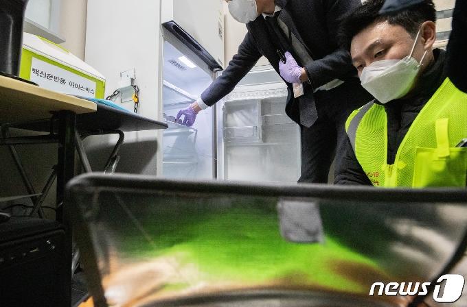 [사진] 냉장고로 옮겨지는 코로나19 백신