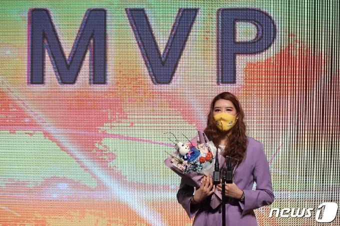 [사진] MVP 수상 소감 밝히는 박지수