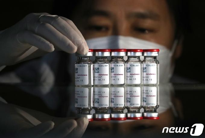 [사진] 실물 공개되는 아스트라제네카 백신