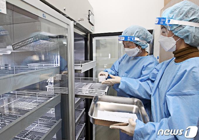 [사진] 접종 앞두고 냉장고로 옮겨지는 백신