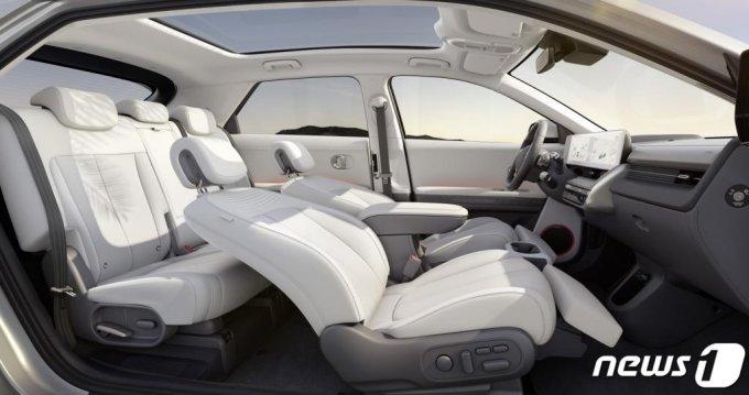 (서울=뉴스1) = 현대자동차 전용 전기차 브랜드 아이오닉의 첫 모델인 '아이오닉 5'(IONIQ 5)가 23일 공개됐다.  현대차는 아이오닉 5에 전기차 전용 플랫폼인 E-GMP(Electric-Global Modular Platform)를 최초로 적용하고 고객들이 자신만의 라이프 스타일에 맞춰 차량의 인테리어 부품과 하드웨어 기기, 상품 콘텐츠 등을 구성할 수 있는 고객 경험 전략 '스타일 셋 프리'(Style Set Free)를 반영해 전용 전기차만의 가치를 극대화했다. (현대차 제공) 2021.2.23/뉴스1