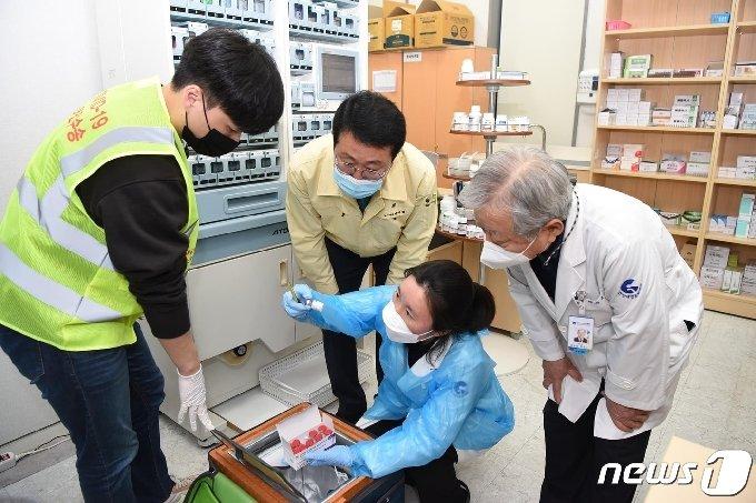 부산 남구 보건소에 도착한 AZ백신을 박재범 구청장이 살펴보고 있다.(부산 남구 제공)© 뉴스1