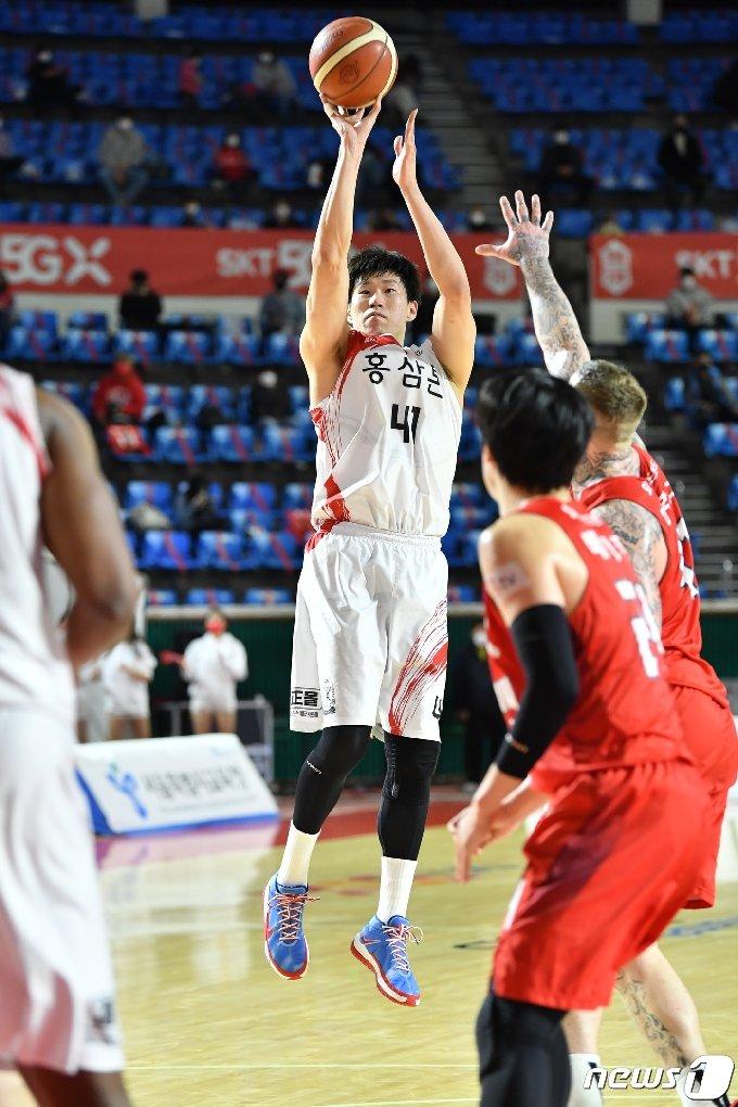 안양 KGC인삼공사가 25일 서울 SK를 78-62로 꺾고 공동 4위로 도약했다.(KBL 제공)© 뉴스1