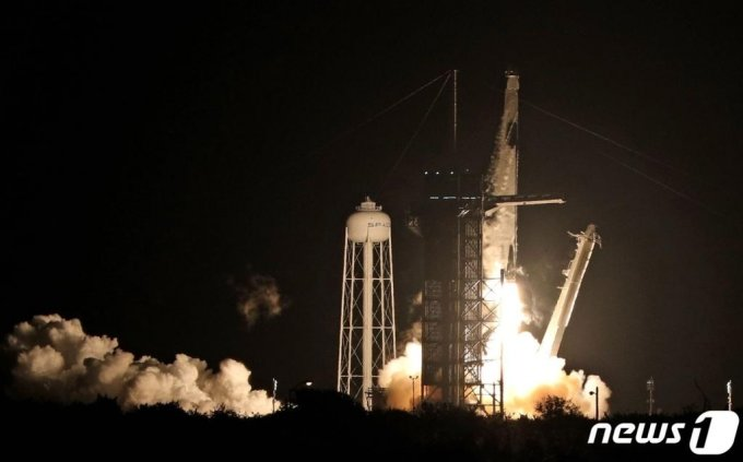 (케이프터내버럴 AFP=뉴스1) 우동명 기자 = 미국 민간 우주탐사 기업 스페이스X의 유인 캡슐 '크루 드래건'을 탑재한 팰컨9 로켓이 지난해 11월 플로리다주 케이프커내버럴에 있는 NASA 케네디우주센터의 발사대에서 이륙하고 있다.   ⓒ AFP=뉴스1