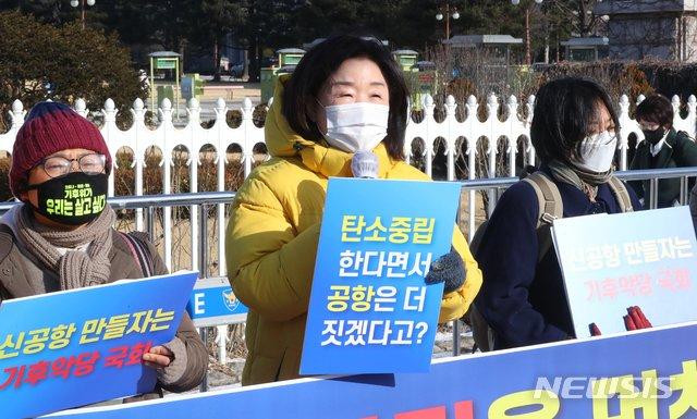 심상정 정의당 의원이 17일 오전 서울 여의도 국회 앞에서 열린 가덕도신공항특별법 철회 촉구 기자회견에 참석해 발언하고 있다. /사진=뉴시스