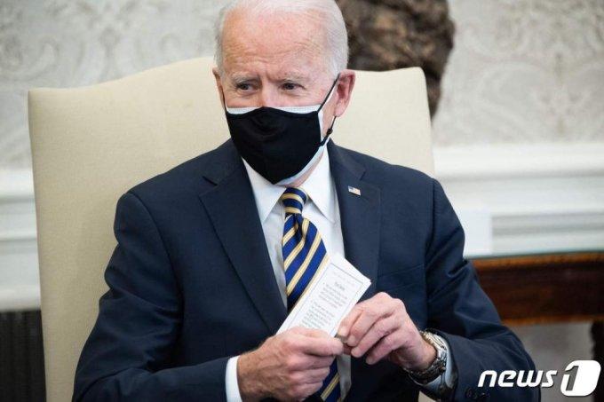 (워싱턴 AFP=뉴스1) 우동명 기자 = 조 바이든 미국 대통령이 24일(현지시간) 워싱턴 백악관에서 상, 하원들과 반도체, 배터리, 희토류 등 핵심 품목의 공급 문제를 논의하고 있다.   ⓒ AFP=뉴스1