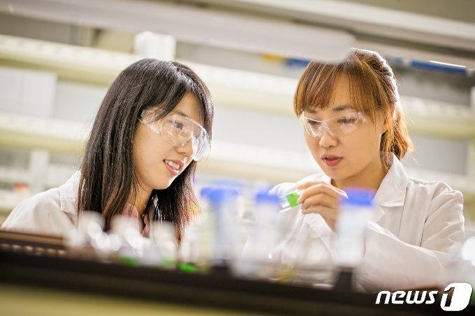 3월 서울대학교 화학교육과 교수 임용을 앞두고 있는 김진영 박사(왼쪽)와 문회리 교수.(UNIST 제공) © 뉴스1