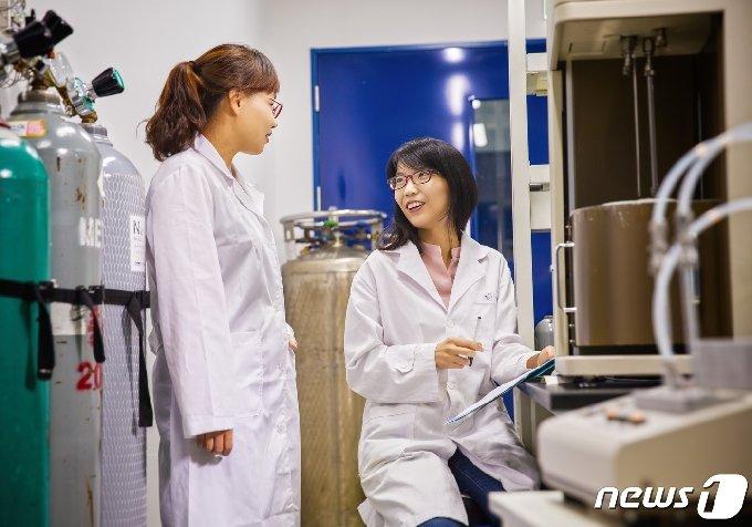3월 서울대학교 화학교육과 교수 임용을 앞두고 있는 김진영 박사(오른쪽)와 문회리 교수.(UNIST 제공) © 뉴스1