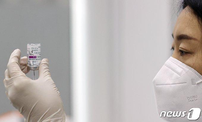 26일 오전 서울 금천구 보건소에서 의료진이 신종 코로나바이러스 감염증(코로나19) 아스트라제네카(AZ) 백신을 주사기에 채우고 있다. 2021.2.26/뉴스1 © News1 사진공동취재단