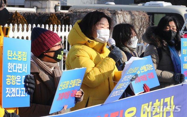 심상정 정의당 의원이 17일 오전 서울 여의도 국회 앞에서 열린 가덕도신공항특별법 철회 촉구 기자회견에 참석해 발언하고 있다./사진=뉴시스