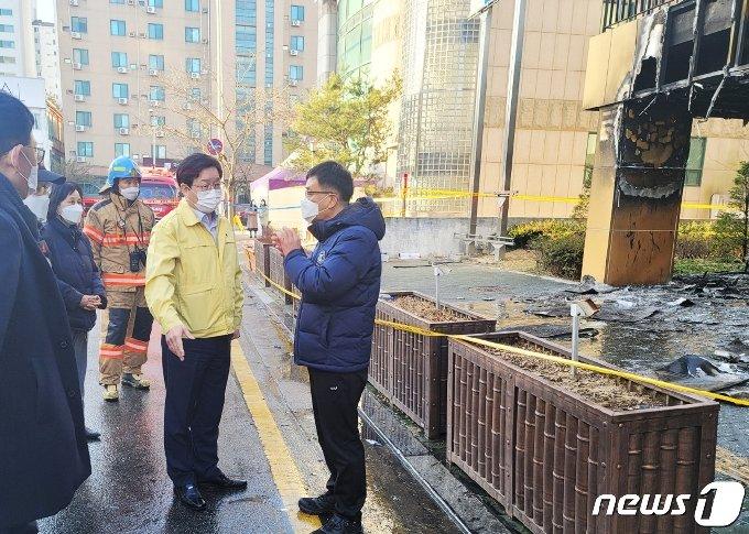 수원시동부육아종합지원센터 화재 현장을 방문해 상황 점검에 나선 염태영 수원시장. © 뉴스1