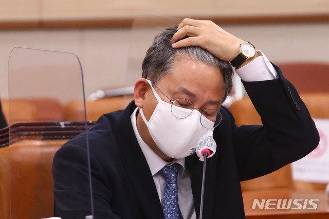 손명수 국토교통부 제2차관이 25일 국회에서 열린 법제사법위원회 전체회의에서 머리를 넘기고 있다.  (공동취재사진) /사진=뉴시스