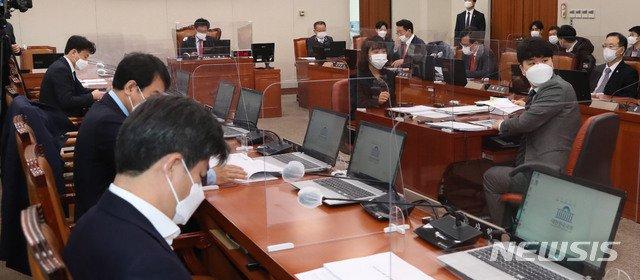 이헌승 소위원장이 19일 서울 여의도 국회에서 열린 국토교통위원회 법안심사소위를 주재하고 있다. (공동취재사진) /사진=뉴시스