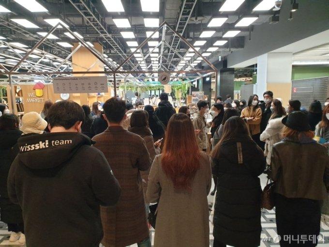 24일 더현대서울 프리오픈일, 위마켓 크로우캐년에 200여명의 고객들이 줄을 서있다. /사진=이재은 기자