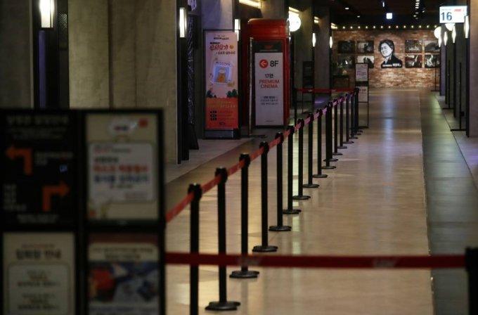 신종 코로나바이러스 감염증(코로나19) 여파로 극장 관객수와 매출이 급감한 지난 1월 서울의 한 영화관이 한산한 모습을 보이고 있다./사진=뉴시스