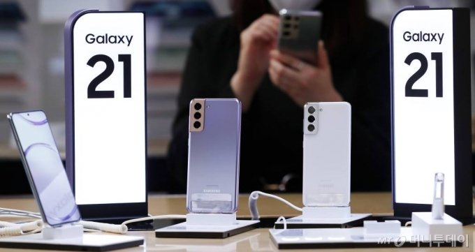 삼성전자가 스마트폰 신제품 '갤럭시 s21' 시리즈 s21, s21 플러스,  s21 울트라를 공개한 15일 서울 종로구 광화문 KT스퀘어에 제품이 진열돼 있다. / 사진=김휘선 기자 hwijpg@