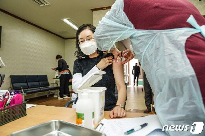 목포시가 26일부터 관내 요양병원 9곳의 코로나19 백신 접종을 시작했다.( 목포시 제공)2021.2.26/뉴스1