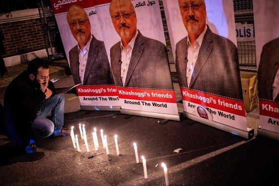 25일(현지시간) 터키 이스탄불의 사우디아라비아 영사관 앞에 피살된 사우디 언론인 자말 카슈끄지의 사진과 촛불을 갖다놓은 임시 추모시설이 설치되어 있다.  ⓒ AFP=뉴스1