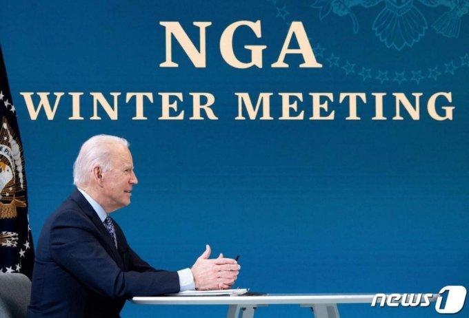 (워싱턴 AFP=뉴스1) 우동명 기자 = 조 바이든 미국 대통령이 25일 (현지시간) 워싱턴 백악관에서 화상으로 전미 주지사 협회 동계회의에 참석을 하고 있다.  ⓒ AFP=뉴스1