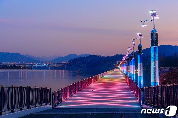 14일 충북 충주시가 중앙탑 일원과 수안보족욕길이 한국관광공사의 야간관광지 100선에 선정됐다고 밝혔다. 사진은 탄금호.(충주시 제공)2020.4.14/© 뉴스1