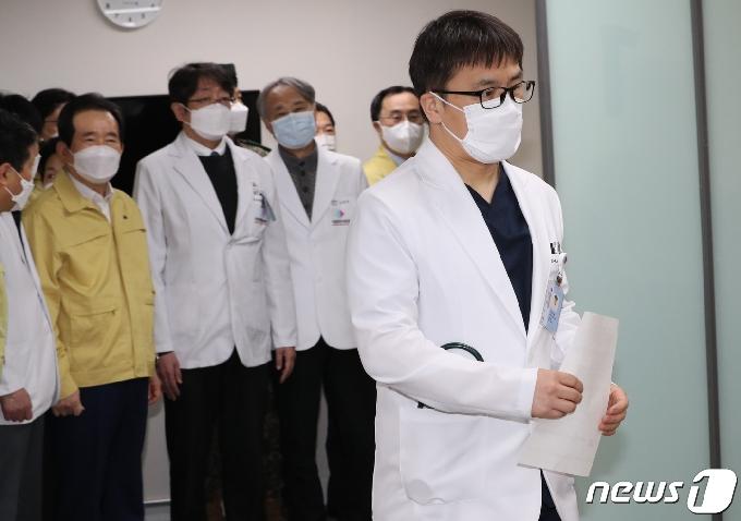 [사진] 접종실에 들어서는 화이자 백신 의사 1호 접종자