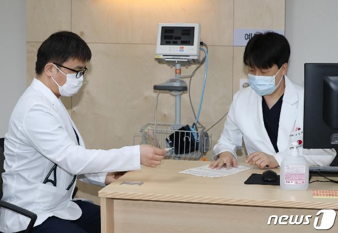 [사진] 예진 받는 화이자 백신 의사 1호 접종자