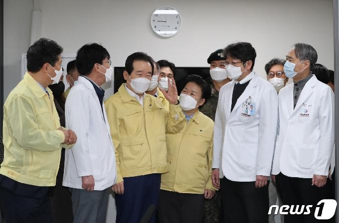 [사진] 화이자 백신 접종 현황보고 받는 정세균 총리
