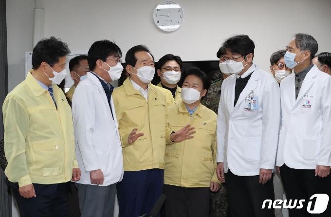 [사진] 현황보고 받는 정세균 총리
