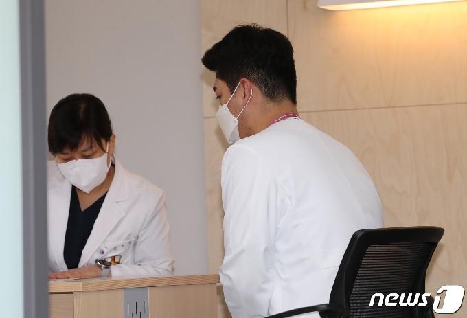 [사진] 접종 전 예진 받는 화이자 백신 남성 간호사 1호 접종자