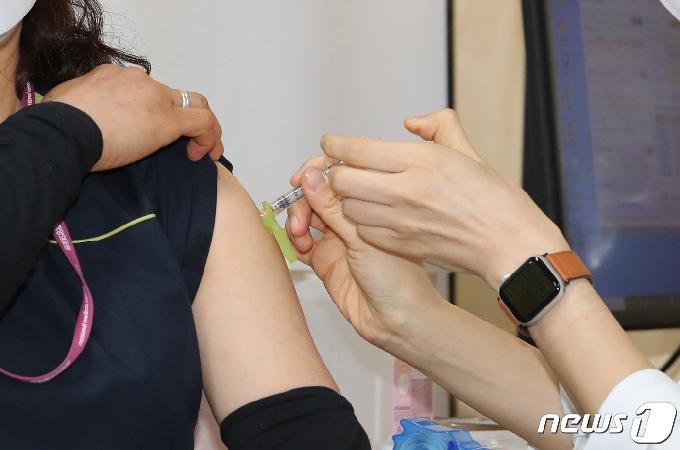 [사진] 화이자 1호 접종하는 중앙의료원 관계자