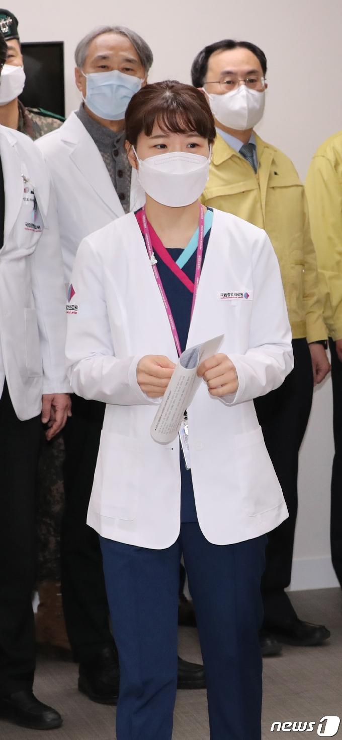 [사진] 접종실 들어서는 화이자 백신 여성 간호사 1호 접종자