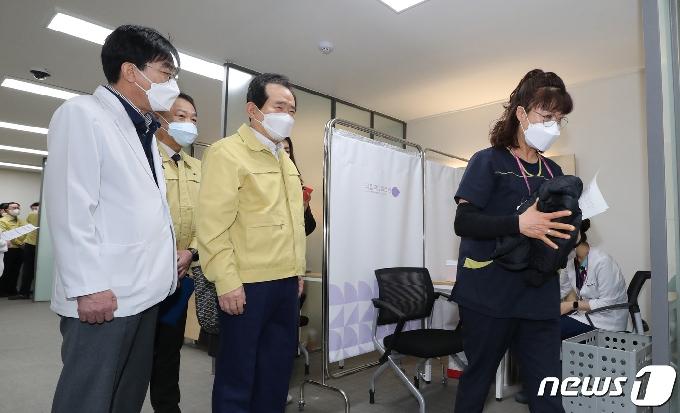[사진] 관찰실로 이동하는 화이자 백신 1호 접종자