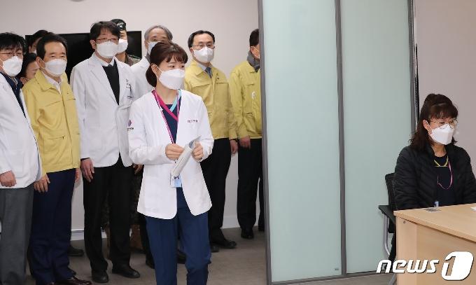[사진] 화이자 백신 접종 기다리는 여성 간호사 1호 접종자