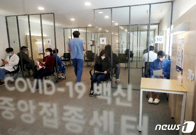 [사진] 화이자 백신 맞고 관찰실에서 대기하는 의료 종사자들