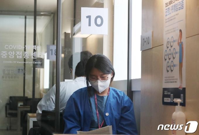 [사진] 화이자 백신 맞고 대기하는 간호사