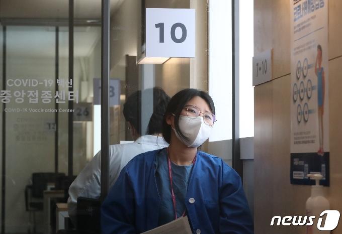 [사진] 백신 관찰실에서 창 밖 바라보는 코로나19 간호사