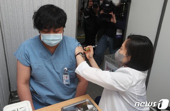 [사진] 화이자 백신 맞는 의료 종사자