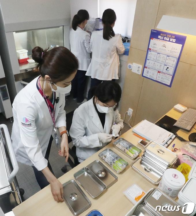 [사진] 화이자 백신 접종 준비하는 의료진